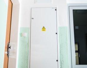 Elektroměrový rozvaděč, senzor pohybu, výmalba vstupní chodby