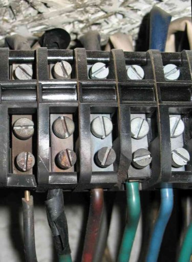 Ohořelé vodiče a svorkovnice v elektroměrovém rozvaděči.jpg