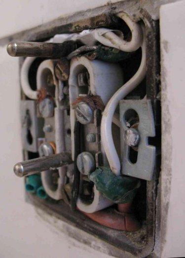 Ohořelá zásuvka 230V a neodborné nebezpečné zapojení.jpg